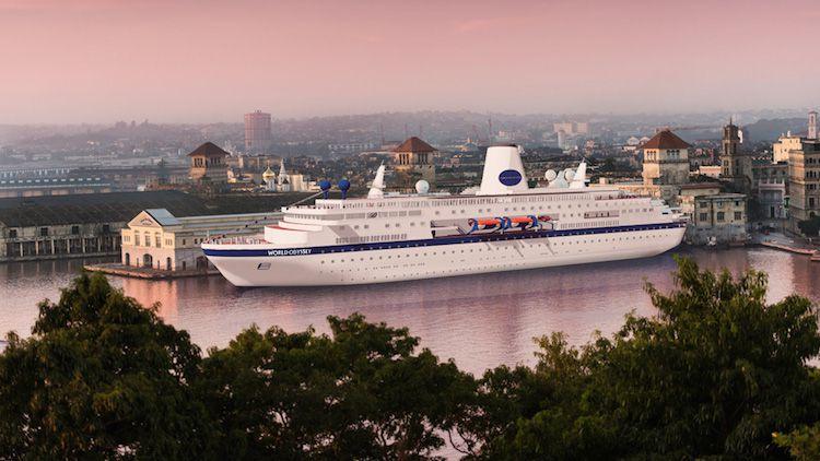 """Die alte MS Deutschland - umlackiert und umbenannt in """"The World Odyssey"""" / © Semester at Sea"""