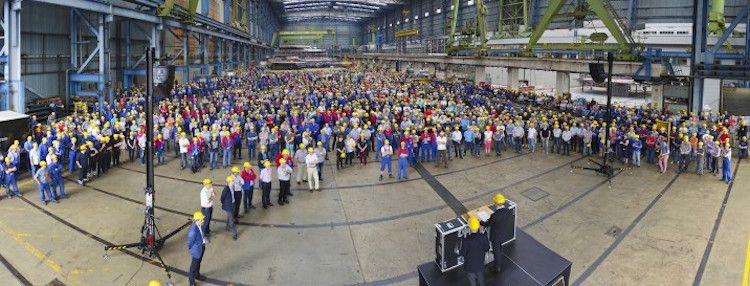 Bernard Meyer spricht zur Belegschaft im Baudock 1 / © Meyer Werft