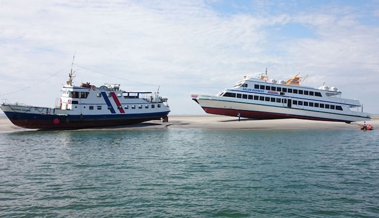 Fahrgastschiffe auf einer Sandbank im Wattenmeer / © DGzRS