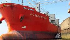 Motorboot fast von Frachter zerquetscht im Hafen von Brunsbüttel