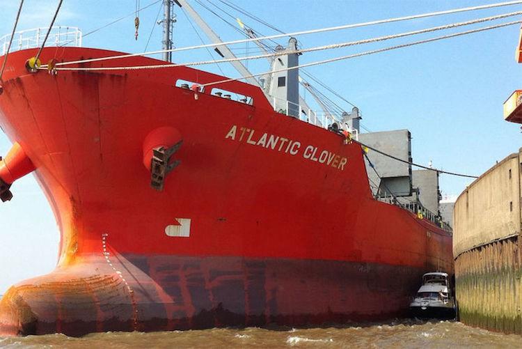 Motorboot fast von Frachter zerquetscht / © DGzRS