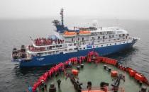 Kleinstes Expeditionsschiff trifft stärksten Eisbrecher der Welt