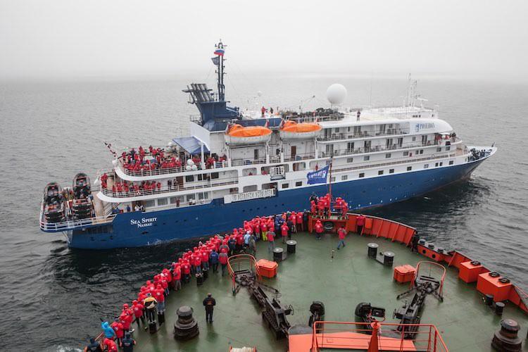 """Sea Spirit trifft als kleinstes Expeditionsschiff der Welt den stärksten Eisbrecher """"50 Years of Victory"""" der Welt / © Poseidon"""