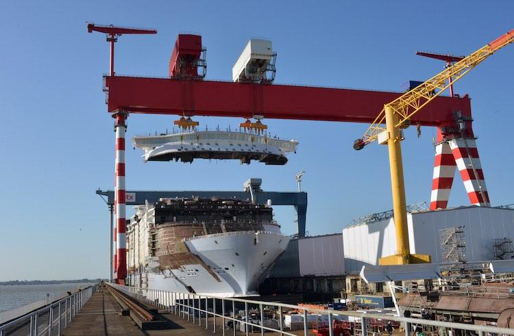 Harmony of the Seas bekommt ihre Brücke auf der Werft / © Royal Caribbean