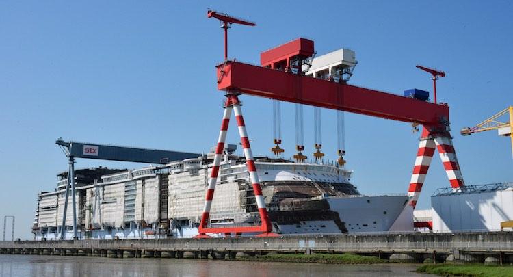 Harmony of the Seas im Schwimmdock der STX Werft St. Nazaire / © Royal Caribbean
