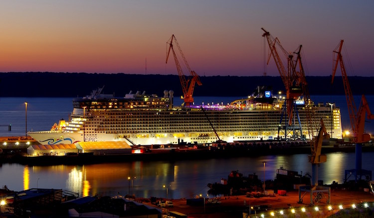 Norwegian Epic bei Nacht in der Damen Werft in Brest / © Damen Shipyards