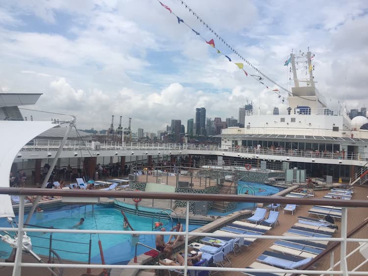Mein Schiff 1 im Hafen von Singapur