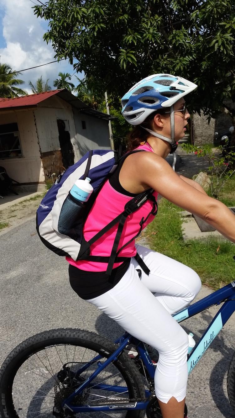 Silvia (ziemlich verschwitzt) am Bike