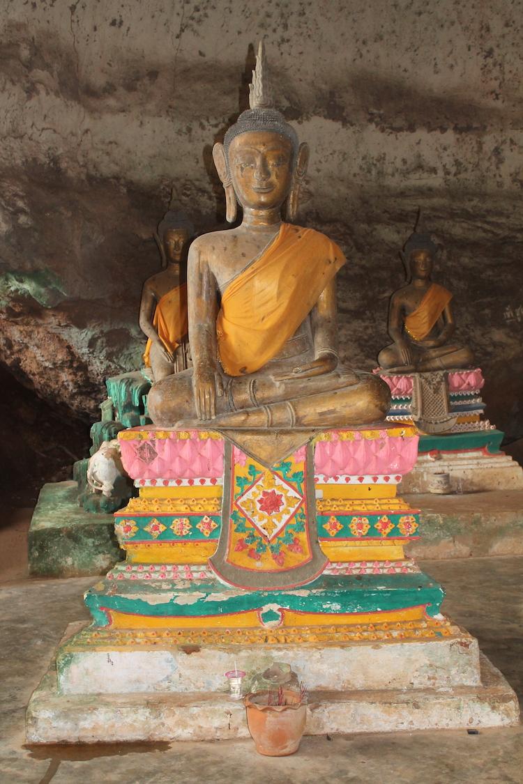 Statuen in der Höhenltempelanlage
