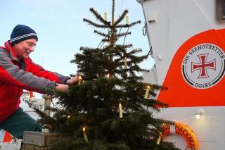 Maschinist Stephan Litschen sorgt für weihnachtliche Erleuchtung in Grömitz / © DGzRS