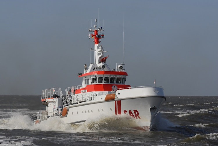 Seenotkreuzer Harro Koebke bei einem Einsatz / © DGzRS