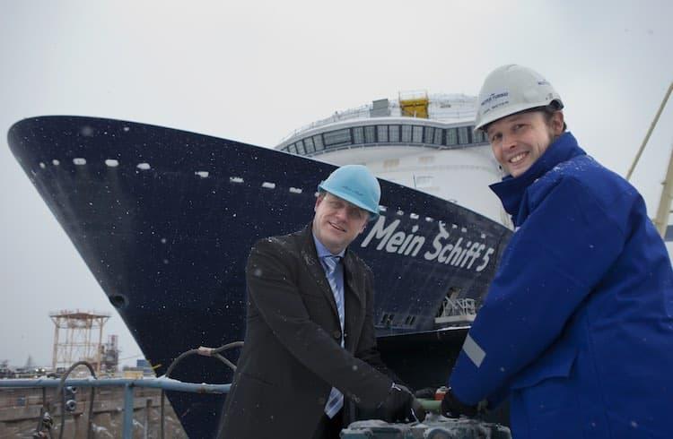 Die Mein Schiff 5 bekam heute erstmals Wasser unter den Kiel beim Aufschwimmen in Turku / © TUI Cruises
