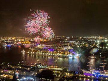 Silvester Feuerwerk vor Funchal - hier die AIDAsol zum Jahreswechsel 2015/2016 / © AIDA Cruises
