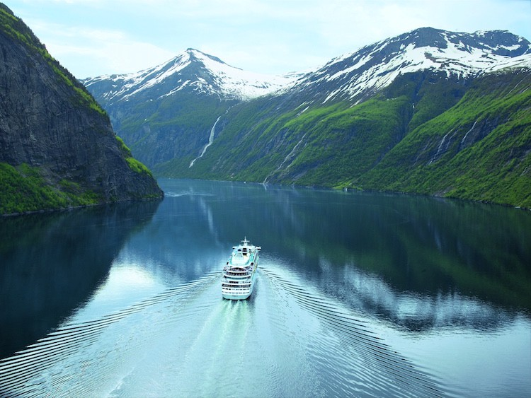 AIDAaura im norwegischen Fjord © AIDA Cruises