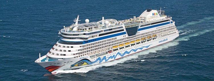 AIDAbella trifft auf deutsche Fregatte Bayern / © AIDA Cruises