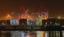 Containerschiff steckt in Elbe fest