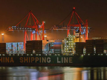 Ein Schiff der China Shipping Line am Containerterminal / © China Shipping Line