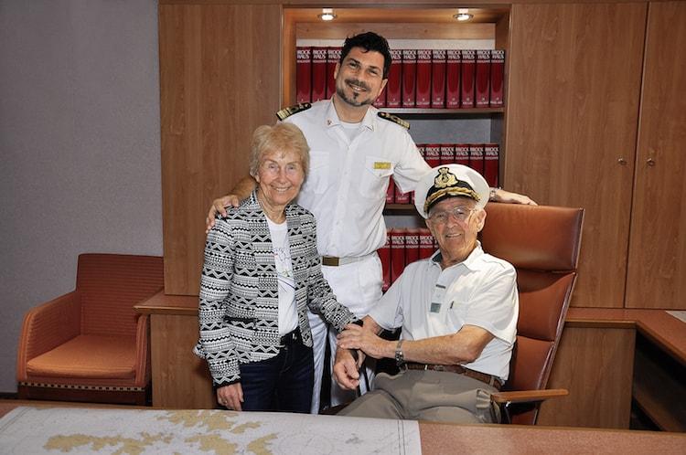 Costa Luminosa Weltreise: Die ältesten Gäste, das Ehepaar Pagel mit Kapitän Pietro Senisi / © Costa Kreuzfahrten