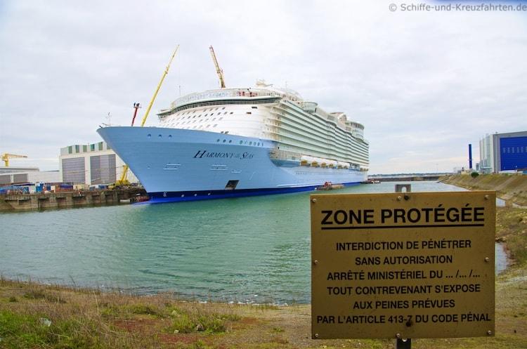 Harmony of the Seas vor der STX Werft in Saint Nazaire