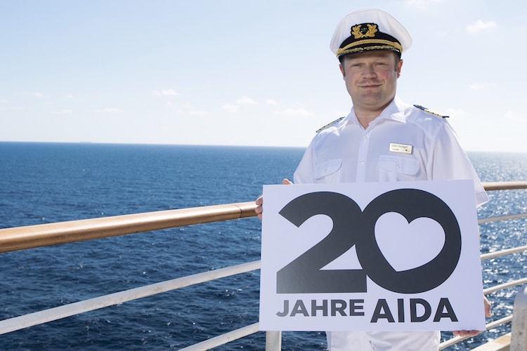 AIDA Kapitän Baumgart freut sich über seine neue Kussmundschönheit / © AIDA Cruises