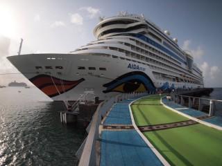 AIDAmar im Hafen von Martinique