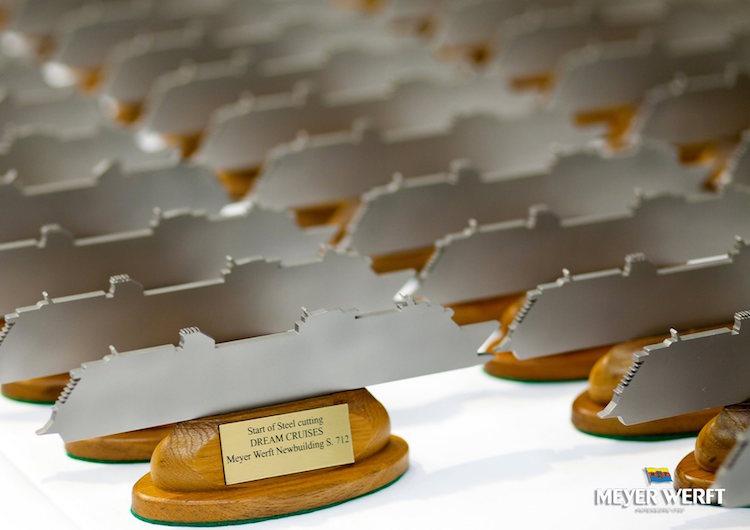 Gäste bekamen jeweils ein kleines Schiffsmodell vom Stahlschnitt der World Dream / © Meyer Werft