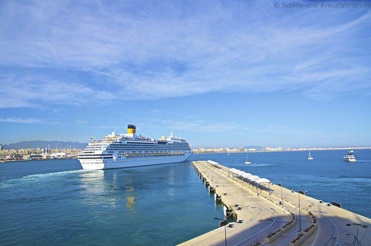 Costa Fascinoa auslaufend aus Barcelona