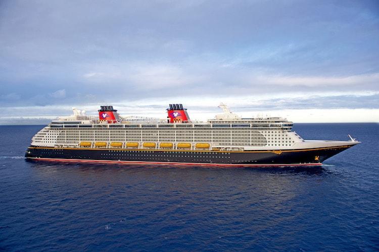 Mit ca. 135.000 BRZ (Bruttoraumzahl) ist jedes der drei neuen Schiffe etwas größer als die vorherigen Disney Cruise Line Schiffe, die Disney Dream und die Disney Fantasy die hier abgebildet sind. Die neuenSchiffe sollen Platz für etwa 1.250 Gästekabinen bieten. / © Disney Cruise Line