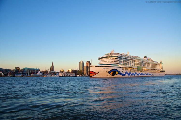 AIDAprima verlässt Hamburg - vom Grasbrook vorbei an den Landungsbrücken die Elbe hinauf