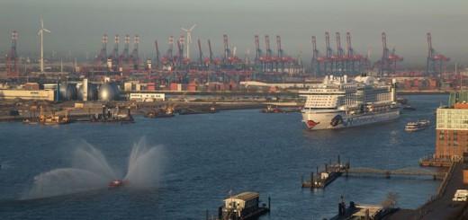AIDAprima ist in Hamburg angekommen / © Nils Kallmeyer
