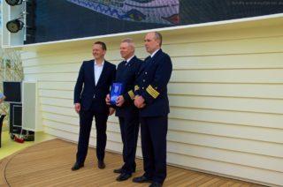 AIDAprima: Plakettenübergabe in Hamburg beim Erstanlauf