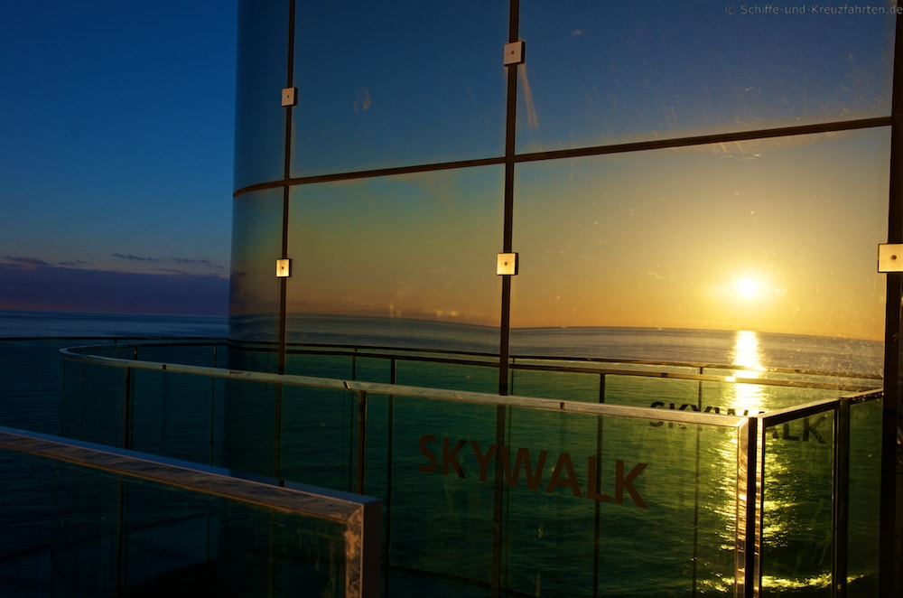 AIDAprima Skywalk beim Sonnenaufgang