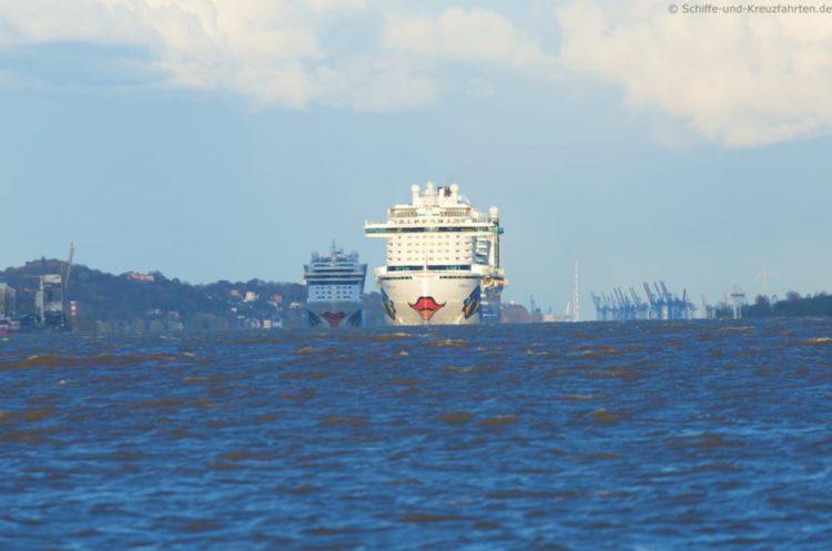 AIDAmar verfolgt AIDAprima auf der Elbe