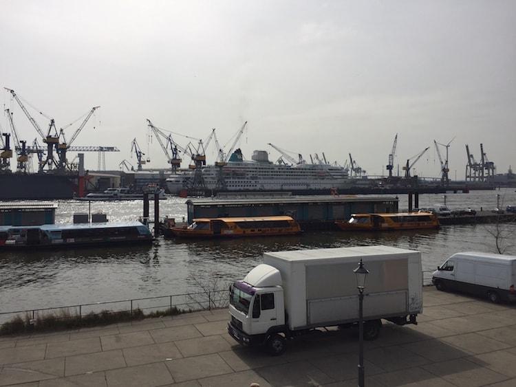 MS Amadea wurde am Mittag des 3.April 2016 bei Blohm und Voss eingedock - sie verbleibt bis zum 17.April im Trockendock in Hamburg / © Oliver P. Mueller (Kreuzfahrtbibel)