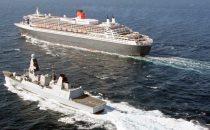 Queen Mary 2 im Schutz der HMS Defender im Golf von Oman