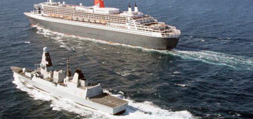 Queen Mary 2 mit der HMS Defender der Royal Navi als Geleitschutz im Golf von Oman / © Royal Navy