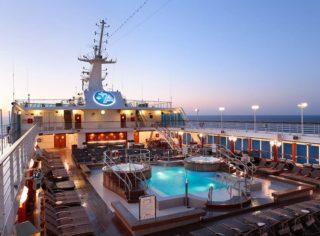 Pooldeck auf der Azamara Quest / © Desire Cruises