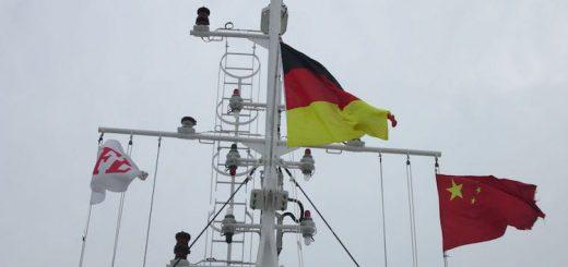 Die MS Patara wurde neu eingeflaggt, am Heck und am Mast weht nun die deutsche Fahne / © Reederei F. Laeisz GmbH