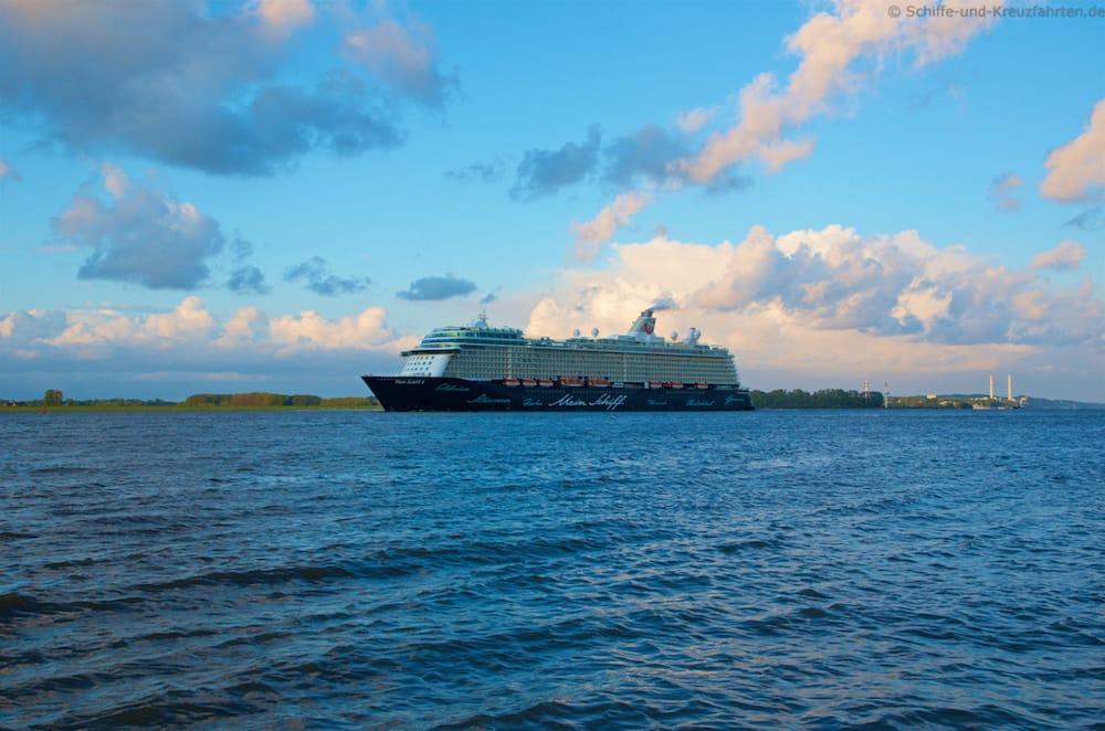 Die Mein Schiff 4 beim Auslaufen aus Hamburg in Höhe des Lühe Anleger in Grünendeich