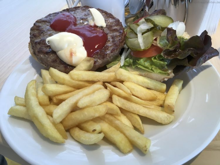 Hamburger im Restaurant Fuego - AIDAprima