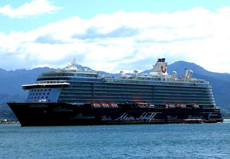 Mein Schiff 4 auf Reede vor Korsika