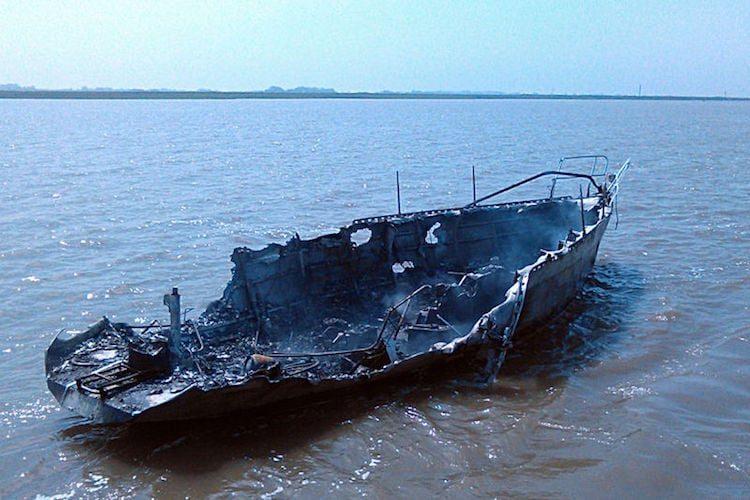 Der etwa neun Meter lange Havarist brannte vollständig aus / Foto © DGzRS