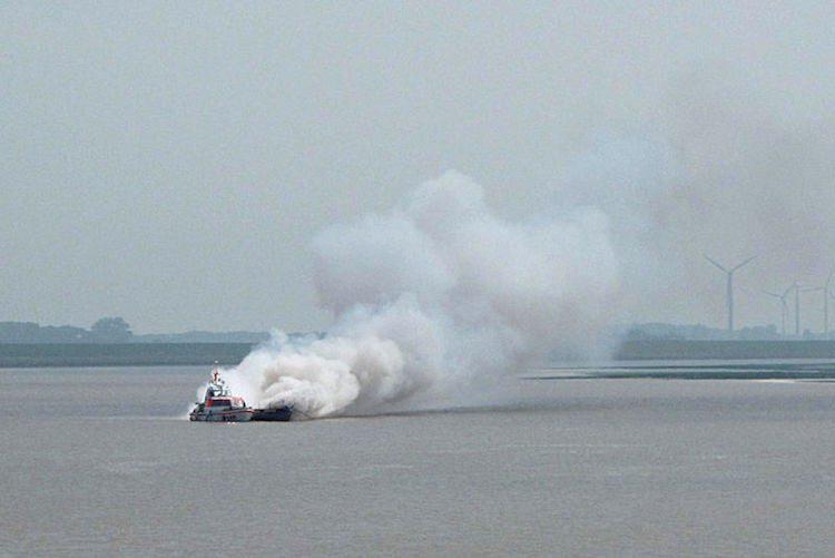 Seenotrettungsboot HERMANN ONKEN der DGzRS im Einsatz für ein brennendes Segelboot nahe der Ostemündung / Foto © DGzRS