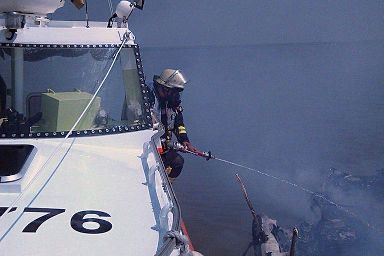 Ein Feuerwehrmann der Berufsfeuerwehr Cuxhaven an Bord der HERMANN ONKEN bei der Brandbekämpfung / Foto © DGzRS