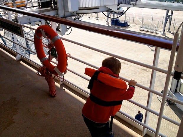 Seenotrettungsübung mit Kind auf AIDAcara