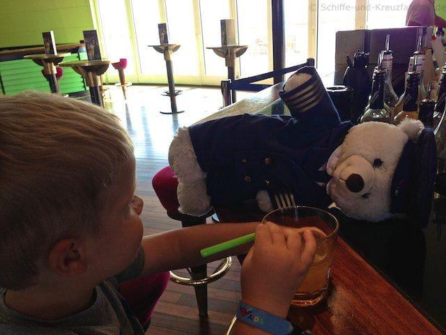 Julian und der AIDA Kapitän beim Fanta trinken in der Anytime-Bar