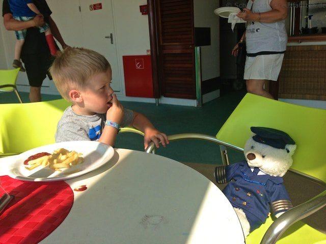 Julian und der AIDA Kapitän beim Essen im Poolgrill auf AIDAvita