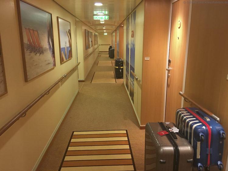 Gepackte Koffer im Gang - AIDAprima Abreise