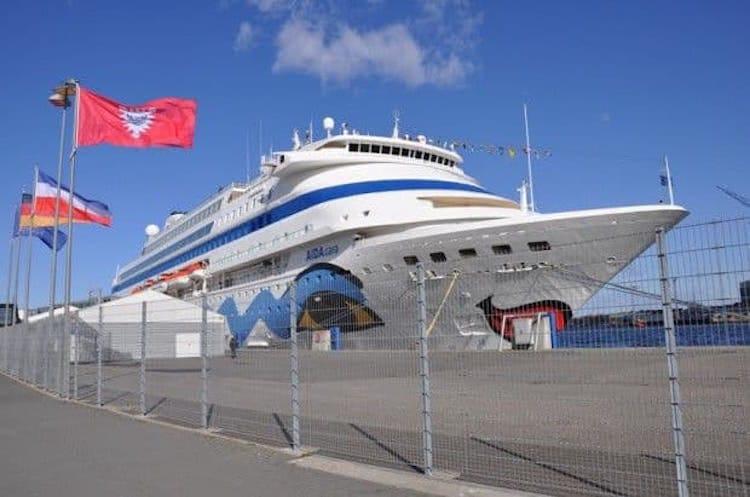 AIDAcara an der Pier in Kiel am Ostseekai