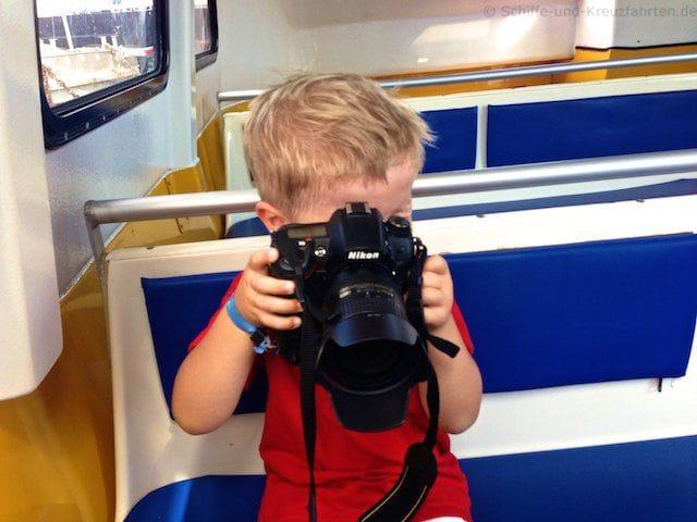 Julian versucht im Tenderboot zu fotografieren